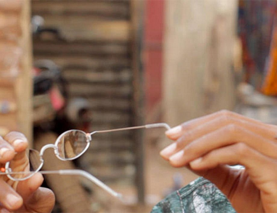 Passauer Forscher untersuchen Wert der EinDollarBrille in Burkina Faso